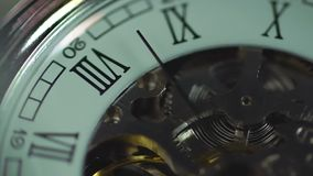 Часы, вечный механизм Время проходя быстро История человеческой жизни сток-видео