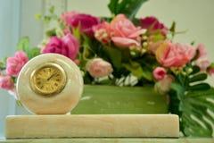 Часы в мраморном украшении стоковое фото