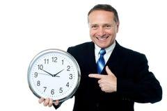 Часы в руках бизнесмена Стоковые Фото