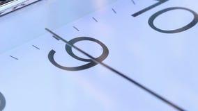 Часы идут проходящ 9 сток-видео