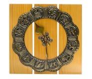 часы изолировали старую стену деревянную Стоковые Фото