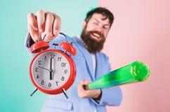 Часы и бейсбольная бита владением костюма человека в руках Концепция дисциплины дела Контроль времени и дисциплина Дисциплина стоковое изображение