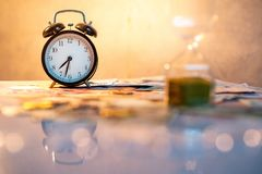 Часы и валюта на таблице, концепция вклада времени Стоковая Фотография