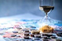 Часы и валюта на таблице, концепция вклада времени Стоковое Изображение RF