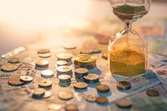 Часы и валюта на таблице, концепция вклада времени Стоковые Изображения RF