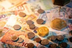 Часы и валюта на таблице, концепция вклада времени Стоковые Изображения