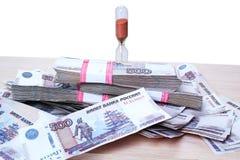 Часы и деньги кучи Стоковое фото RF