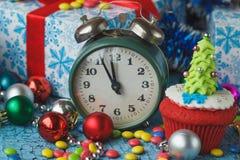 Часы и пирожное рождества с покрашенными украшениями Стоковые Фото