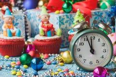 Часы и пирожные рождества с покрашенными украшениями Стоковое Изображение