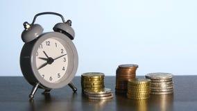 Часы и стога монеток акции видеоматериалы