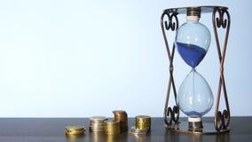 Часы и стога монеток сток-видео