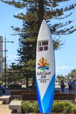 Часы комплекса предпусковых операций игр государства сформированные как surfboard в 4 метра высокорослого и стоят на конце пляжа  Стоковое фото RF