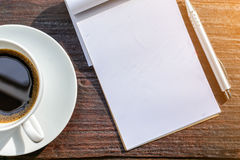 часы кофейной чашки и бумага новостей на старом backg природы деревянного стола Стоковая Фотография
