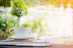 часы кофейной чашки и бумага новостей на старом backg природы деревянного стола Стоковые Фотографии RF