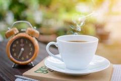 часы кофейной чашки и бумага новостей на старом backg природы деревянного стола Стоковое Изображение