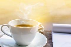 часы кофейной чашки и бумага новостей на старом backg природы деревянного стола Стоковые Фото