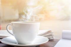 часы кофейной чашки и бумага новостей на старом backg природы деревянного стола Стоковая Фотография RF
