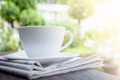 часы кофейной чашки и бумага новостей на старом backg природы деревянного стола Стоковые Изображения