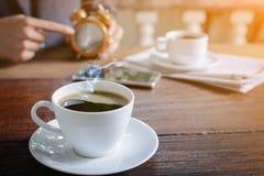 часы кофейной чашки и бумага новостей на старом backg природы деревянного стола Стоковое Изображение RF