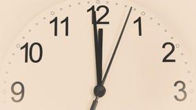 Часы крупного плана тикая показывающ 12 часов Стоковое фото RF