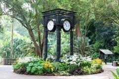 Часы мира около сада орхидеи в садах Сингапура ботанических Стоковая Фотография RF