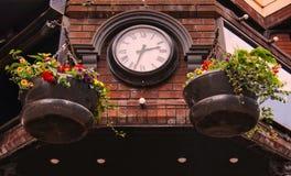 Часы над входом сделанным красного кирпича стоковые фото