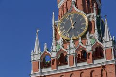 Часы на башне Spasskaya Москвы Кремля стоковые изображения