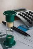 Часы на бизнесмене таблицы Стоковые Изображения