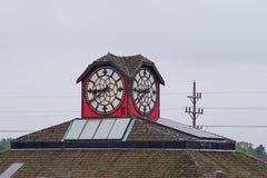 Часы на верхней части здания стоковая фотография