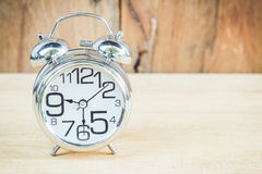 Часы на деревянной предпосылке стоковые изображения