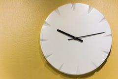Часы на желтой стене Стоковые Фото