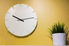 Часы на желтой стене Стоковые Изображения