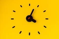 Часы на желтой стене Стоковое Изображение