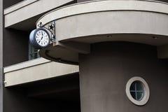 Часы на здании, серое здание стоковое изображение