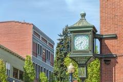 Часы на историческом здании банка Реке Hood Орегоне стоковое фото rf