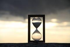 Часы на конкретных перилах над облачным небом Стоковое Фото