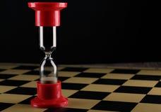 Часы на пустой шахматной доске, отмелом DOF с селективным фокусом Стоковые Изображения