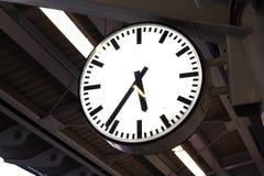 Часы на платформе вокзала Стоковые Изображения RF