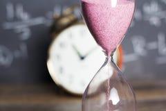 Часы на древесине с предпосылкой классн классного Стоковые Фотографии RF