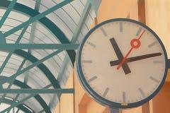 Часы на станции стоковая фотография