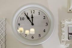 Часы на стене белы 11 часов и 55 minu Стоковое фото RF