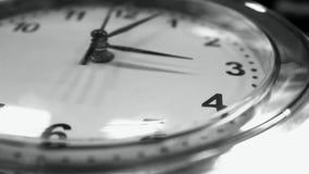 Часы офиса в черно-белом акции видеоматериалы