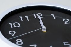 Часы показывая в полдень стоковая фотография