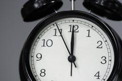 Часы показывая в полдень стоковое изображение