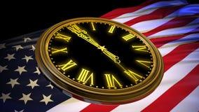 Часы поражают полночь на предпосылке флага США сток-видео