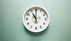 часы предпосылки изолированные над белизной стены Стоковые Изображения