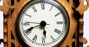 Часы промежутка времени с римскими цифрами в деревянной рамке видеоматериал