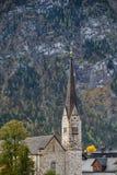 Часы протестантской церкви на высокой башне стоковая фотография rf