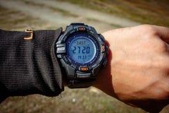 Часы с высотометром на вахте спорт na górze горы стоковые фотографии rf