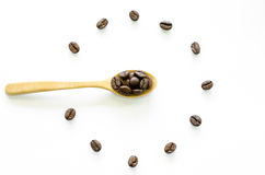 Часы сделанные от кофейных зерен на белой предпосылке, кофе влюбленности Стоковые Фото